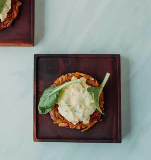 Latkes de Batata con Salsa Gribiche y Hojas de Huerto